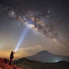 Milky Way and Popocatepetl #popo #popocatepetl #volcanoes #puebla #pueblamexico #ig_mexico #ig_masterpiece #galaxy