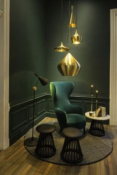 A collection of Dixon's new gold pendants hangs in the Bar Club. Suspensions Beat Tom Dixon à retrouver sur www.comptoirdeslustres.com