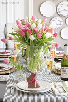 21 Beautiful Easter Table Settings-Driven by Decor-Lots of great ideas for simple Easter table decorations including centerpieces, place cards, and more! Easter Table Settings, Easter Table Decorations, Decoration Table, Centerpiece Ideas, Easter Centerpiece, Spring Decorations, Everyday Table Centerpieces, Centerpiece Flowers, Wedding Centerpieces