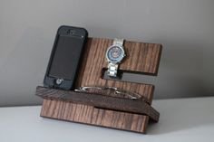 Gray Oak Wood Valet iPhone Galaxy Charging Stand von PaybacksABeach