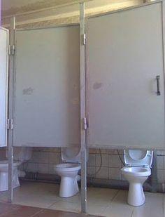 Nesse banheiro não precisa de medidas ou de trena... bota a porta numa altura média: ASSIM!!!