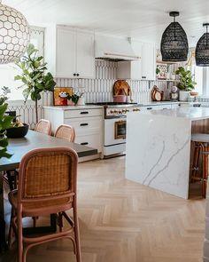 Puu, marmoria ja paljon muuta. Materiaalien monipuolinen kirjo tuo sisustukseen mielenkiintoisia ulottuvuuksia. Kitchen Decor, Kitchen Inspirations, Boho Kitchen, Kitchen Flooring, Small Kitchen, Beautiful Kitchens, Eclectic Kitchen, Kitchen Design, Kitchen Remodel