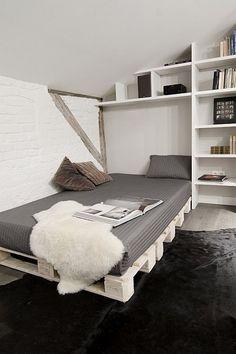 Er det en mulighed at bygge en seng/sofa med paller? Pallet Furniture, Furniture Projects, Diy Projects, Diy Pallet Bed, Pallet Wood, Wood Beds, Home And Deco, Home And Living, Small Spaces