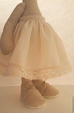 Шьем пасхальную тильда-зайку в съемной одежде. Часть 2 – Ярмарка Мастеров Tilda Toy, Fabric Dolls, Bunny, Tulle, Flower Girl Dresses, Sewing, Wedding Dresses, How To Wear, Handmade