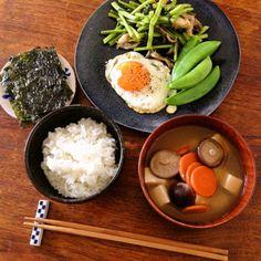「この椎茸は音楽を聴いて育ったんですよ」と八百屋の兄さんに真顔で言われた時は何を言ってるんだと思ったけど、美味しくて気に入ったから今日はお味噌汁に。ちなみにモーツアルト。 Easy Japanese Recipes, Asian Recipes, Beef Recipes, Healthy Recipes, Japanese Food, Bento, Good Food, Yummy Food, Daily Meals