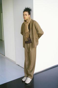 デザイナー岩井良太が2015年春夏シーズンよりスタートさせたブランド[AURALEE(オーラリー)]の2017年秋冬コレクションが公開された。