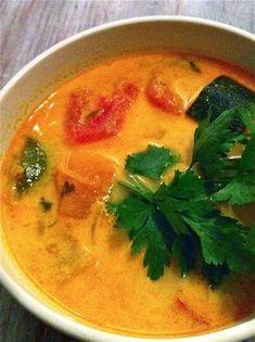 Jeśli jesteś zwolennikiem kuchni tajskiej ta zupa jest właśnie dla Ciebie.Jeśli nie, spróbuj. Jest przepyszna.:)Składniki:dynia (nieduży kawałek)pomidory (5 sztuk)cukinie (2 małe)kawałek poraświeży imbir (ok. 2cm)czosnek (2 ząbki)świeża kolendrazielona pietruszkamleko kokosowe (400ml)kurkuma (kilka szczypt)chili w płatkachsos sojowy tamari lub shoyu (sklepy eco)ksylitol (ewentualnie cukier)sólszlachetna oliwa lub masło klarowanePomidory obierz ze skórki i pokrój w cząstki. Dynię… Soup Recipes, Great Recipes, Cooking Recipes, Vegan Runner, Vegan Gains, Lunch Meal Prep, How To Grill Steak, Easy Food To Make, Food Design