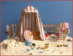 A wonderful detailed beach vignette/fairy garden idea, from In My Bubble Vitrine Miniature, Miniature Rooms, Miniature Houses, Miniature Gardens, Miniature Beach Scene, Beach Fairy Garden, Fairy Gardens, Beach Scenes, Miniture Things