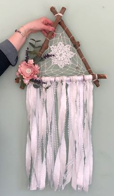 Cool Paper Crafts, Diy Arts And Crafts, Yarn Crafts, Crafts To Make, Making Dream Catchers, Dream Catcher Craft, Dream Catcher Boho, Bohemian Bedroom Decor, Diy Room Decor