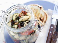 Mediterraner Nudelsalat praktisch im Glas zum Mitnehmen | Zeit: 25 Min. | http://eatsmarter.de/rezepte/mediterraner-nudelsalat
