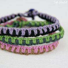 Diy Jewelry DIY: easy macrame friendship bracelets - Here's a fun and easy macrame bracelet that is a twist on traditional friendship bracelets. This fun bracelet is proof that the best crafts can be simple! Macrame Bracelet Patterns, Macrame Bracelets, Friendship Bracelet Patterns, Diy Hemp Bracelets, Diy Friendship Bracelets Tutorial, Making Bracelets, Macrame Knots, Loom Bracelets, Micro Macrame