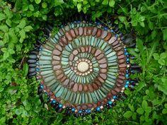Adorno de piedras decoradas para jardín