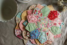 Free Tutorial - Dresden Plate Trivets by Amy
