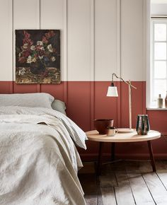 The terracotta color, a timeless trend for your home design. For some time now, beautiful terracotta interiors are under the spotlight and it isn't about to stop ! Why do we love so much terracotta ? Warm, rich and elegant … Interior Trend, Half Painted Walls, Interior Design, House Interior, Neutral Interiors, Bedroom Design Inspiration, Home Decor, Bedroom Red, Small Bedroom