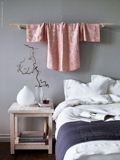 En vintage kimono blir en fin dekor över sängen i det Japaninspirerade sovrummet. Ljust skandinaviskt trä, papper och klarglas bidrar till ett skirt uttryck och textilen mjukar upp det enkla, raka formspråket. Känslan blir ombonad och sval på samma gång.