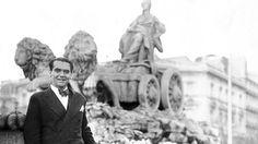 En 1932, García Lorca posando junto a la fuente.