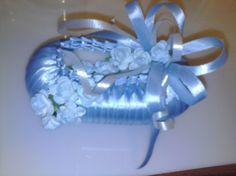 jabón adornado con cinta y flores celestes