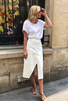 @bysophie wearing a white t-shirt, an off-white warp skirt, black strappy sandals and round sunglasses. All white outfit, how to wear all white, all white look, summer outfit, summer style, all white, minimalism, minimalist style, casual outfit, casual summer outfit, street style, fashion 2019, summer fashion 2019, fashion trends 2019. All White Outfit, White Outfits, White Tshirt Outfit Summer, Fashion Mode, Minimal Fashion, Style Fashion, Fashion Trends, Classy Fashion, Fashion Tips