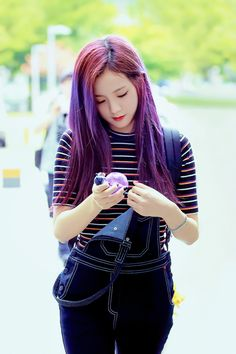 Jisoo is rocking the purple hair!