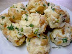 Žemle rozkrájíme na kostičky a zvlhčíme mlékem rozšlehaným se žloutky, rozehřátým máslem a solí a necháme prosáknout. Po té vmícháme mouku a sníh... Cauliflower, Vegetables, Food, Essen, Cauliflowers, Vegetable Recipes, Meals, Cucumber, Yemek