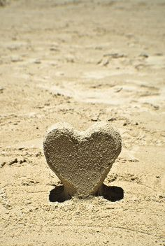 Beach Sand Heart ♡ Two things I love.the beach and hearts. I Love Heart, With All My Heart, I Love The Beach, All You Need Is Love, Heart In Nature, Heart Art, Sand Sculptures, Sand Art, Beautiful Beaches