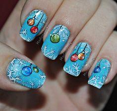Голубой новогодний маникюр с рисунком елочные шары и снежинки
