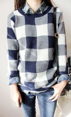 Acheter la tenue sur Lookastic:  https://lookastic.fr/mode-femme/tenues/pull-a-col-rond-blanc-et-bleu-marine-chemisier-boutonne-bleu-clair-jean-skinny-bleu-marine-sac-bandouliere-noir/3480  — Chemisier boutonné en denim bleu clair  — Pull à col rond écossais blanc et bleu marine  — Sac bandoulière en cuir noir  — Jean skinny bleu marine