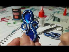 Tutorial pendientes #soutache con #strass , lágrimas y #fieltro - YouTube Quilling Jewelry, Bead Jewellery, Clay Jewelry, Tutorial Soutache, Shibori, Soutache Necklace, Beaded Earrings, Turquoise Bracelet, Jewelry Design