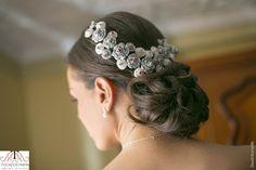 Tocados diseñados para novias que saben cuidar los detalles.  En Tocados Mamá el diseño es ÚNICO.   Para Úrsula realicé rosas de porcelana a las que alambré cristales, un tocado joya diseñado en exclusividad que enamoró.  Bellísima!