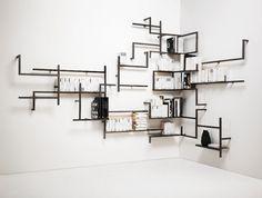 A estante modular para livros, chamada Antologia, foi desenhada pelo Studio 14 para a Mogg (www.mogg.it), A peça, exposta durante a edição 2013 do Salão Internacional do Móvel de Milão, é acoplada à parede e se assemelha a uma intrincada tubulação