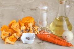 Для приготовления этой вкусной грибной икры на зиму возьмем лисички, морковь, репчатый лук, рафинированное растительное масло (у моем случае подсолнечное), соль и душистый перец горошек
