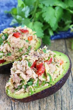 Healthy Snacks This healthy tuna stuffed avocado is full of southwestern flavors with tuna, red bell pepper, jalapeno, cilantro, and lime. - A healthy tuna and avocado lunch! Stuffed Avocado, Tuna Avocado, Avocado Dishes, Avocado Food, Avocado Toast, Tuna Dishes, Avacodo Tuna Salad, Avocado Chicken Salads, Avacado Lunch