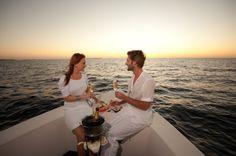 Una cena romantica a bordo di una barca, cullati dalle onde, con lo sguardo perso in un'infinità di stelle: al mare, al lago o sul fiume, magari nella magica atmosfera di Parigi.