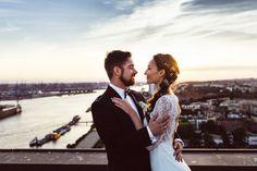 Brautpaar über den Dächern von Hamburg // Hochzeitsreportage von Fotografin Anne Hufnagl // www.romanticshoots.de // Heiraten // Hochzeitsfotografie // Hochzeitsfotograf // Wedding // Bride // Couple //