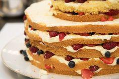 Der Naked Cake ist mit vielen Früchten und leckerer Vanillecreme geschmacklich ein absolutes Highlight. #cakeart #nakedcake #berries