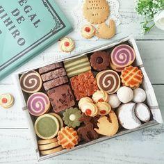 Instagram 上的 chikac5:「 * 娘の7歳のお誕生日 今年のリクエストは クッキー缶でした💕 お菓子の本を見ながら決めた 娘の希望のものに 私の作りたいものを少し足して 初めてのクッキー缶は 思いの外 時間がかかって バタバタだったけれど 喜ぶ顔が見れたので良かった良かった😊 * *… 」 Dessert Cake Recipes, Dessert Drinks, Cookie Desserts, Biscuits Packaging, Cookie Packaging, Biscotti Cookies, Cute Cookies, Cookie Box, Cookie Gifts
