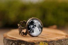 The full moon on my finger