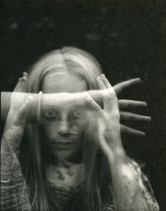 """Idée photo : """"voices in my head"""" longue expo, bien sombre.  1 pers. Central qui ne bouge pas. D'autres apparaissent etheriques chuchotant ou parlant"""