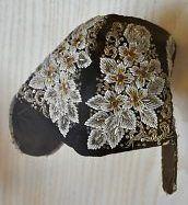 Bonnet à diairi, XIXe siècle. n panneau du musée nous apprend que les bonnets à diairi sont en «velours, taffetas et satin de soie» avec «broderie de perles de verre multicolores, de cannetille, de pièces de métal découpé, de glaces miroitantes, de chenilllette, de soie et de paillettes». Musée d'art et d'histoire de Montbéliard