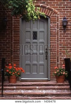 56 ideas painted front door brick house color palettes for 2019 Brick House Trim, Grey Brick Houses, Brick House Colors, Red Brick Exteriors, Exterior House Colors, Red Brick Homes, Gray Front Door Colors, Grey Front Doors, Exterior Front Doors