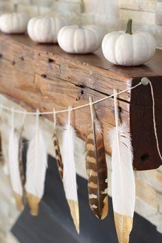 Herbstdeko mit Feder-Girlande und weißen Mini-Kürbissen