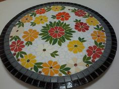 Prato giratório em base de MDF revestido com alegre mosaico de flores em azulejo e pastilhas de vidro. 50 cm de diâmetro, by Sueli Cemin