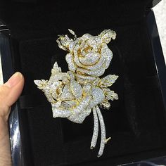 "67 Me gusta, 3 comentarios - The Rich Gems (@therichgems) en Instagram: ""What's in your jewellery box? #flowerbrooch #jewellery #flowerdiamond #diamond #diamondbrooch…"""