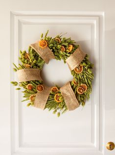 Navidad: Ideas para decorar de verde natural tu recibidor Christmas Time, Christmas Wreaths, Christmas Decorations, Xmas, Holiday Decor, Fruit Crafts, Santa Claus Is Coming To Town, Partys, Family Holiday
