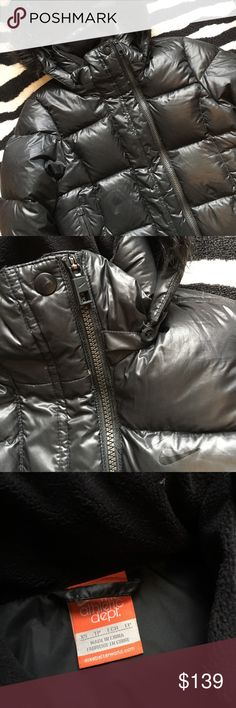 ❄️Nike Goose Down Puffer❄️ Nike Goose Down Puffer Coat. Size XS. Fits true to size. Contains 550 fill high quality Goose Down. In excellent preloved condition with no stains, tears or odors. Features removable zip off hood, zippered pockets, slimming elastic waist band for a flattering fit, interior Zippered pocket with headphone slot, etc! Really cute and extremely warm. PRICE FIRM. Nike Jackets & Coats Puffers