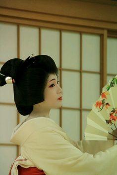 """The geiko Tsunemomo performing """"Momiji no Hashi"""". She is gorgeous! (Source) #japan #kyoto"""
