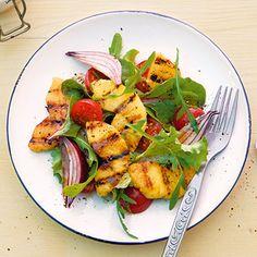 Blattsalat mit gegrillter Ananas Rezept | Faules Früchtchen: Statt Ananas könnt ihr auch Pfirsich- oder Mangospalten, halbierte Pfirsiche oder Pflaumen grillen und mit dem Salat anrichten.