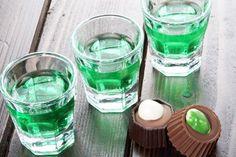 La menta es el ingrediente especial de un mojito; me fascina que este refrescante trago a base ron cubano mezcle estas hojas con las de hierba buena. Pero esta vez hablaremos exclusivamente de cómo hacer licor de menta. Es una receta muy fácil de preparar y que, finalmente cuando hayan terminado e Wine Cocktails, Cocktail Drinks, Alcoholic Drinks, Beverages, Mojito, Limoncello Drinks, Venezuelan Food, Homemade Liquor, Mint Lemonade