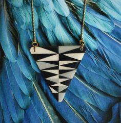 Collier géométrique triangle bois version noir et par Ehzbijoux, €21,00