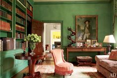 """I once saw a jade-color library in Venice and mentally filed it away for future use,"" jewelry designer Elizabeth Locke says of her inspiration for the clover-green library at her estate in Virginia hunt country.home library and spaces for books Architectural Digest, Emerald Green Rooms, Green Library, Home Library Design, Design Desk, Wall Design, Traditional Office, Traditional Kitchens, Library Table"